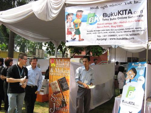 Pejabat Astra mengunjungi peserta Bazaar