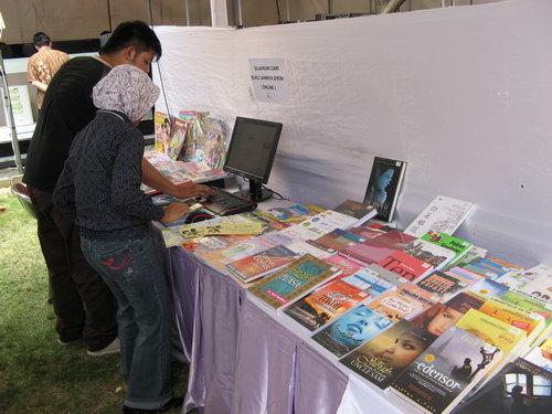 Bukukita.com menyediakan koneksi internet dan PC yang Online